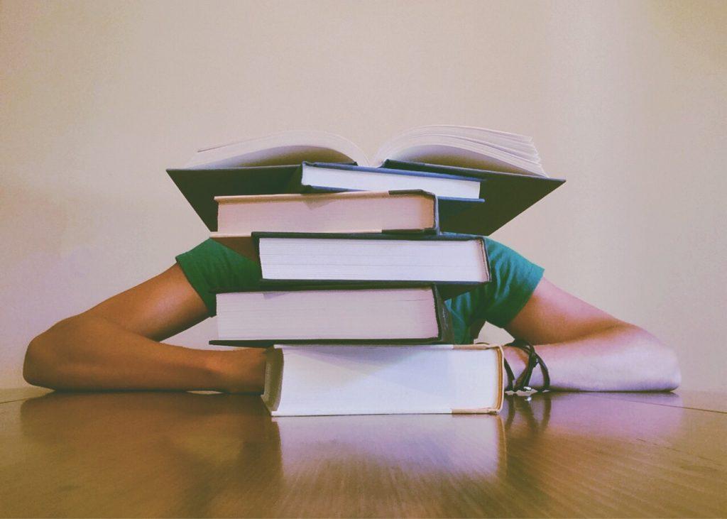 Hoogbegaafde jongeren met boeken