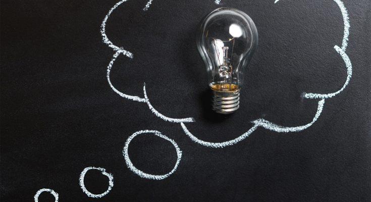 Foto van denkwolk en lamp