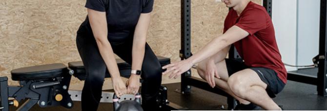 een personal trainer in de sportschool
